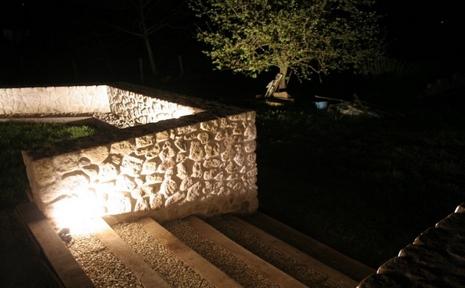 éclairage mur en pierres