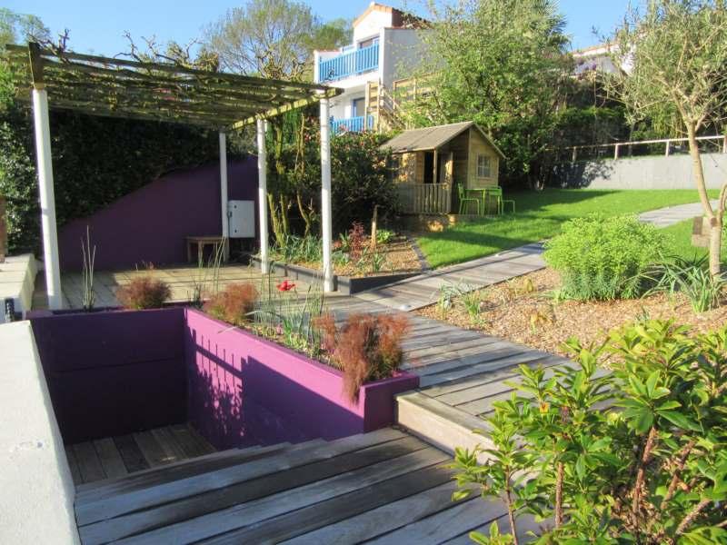 Mur peint en violet-reprise de pergola-allée et escalier en bois-massif
