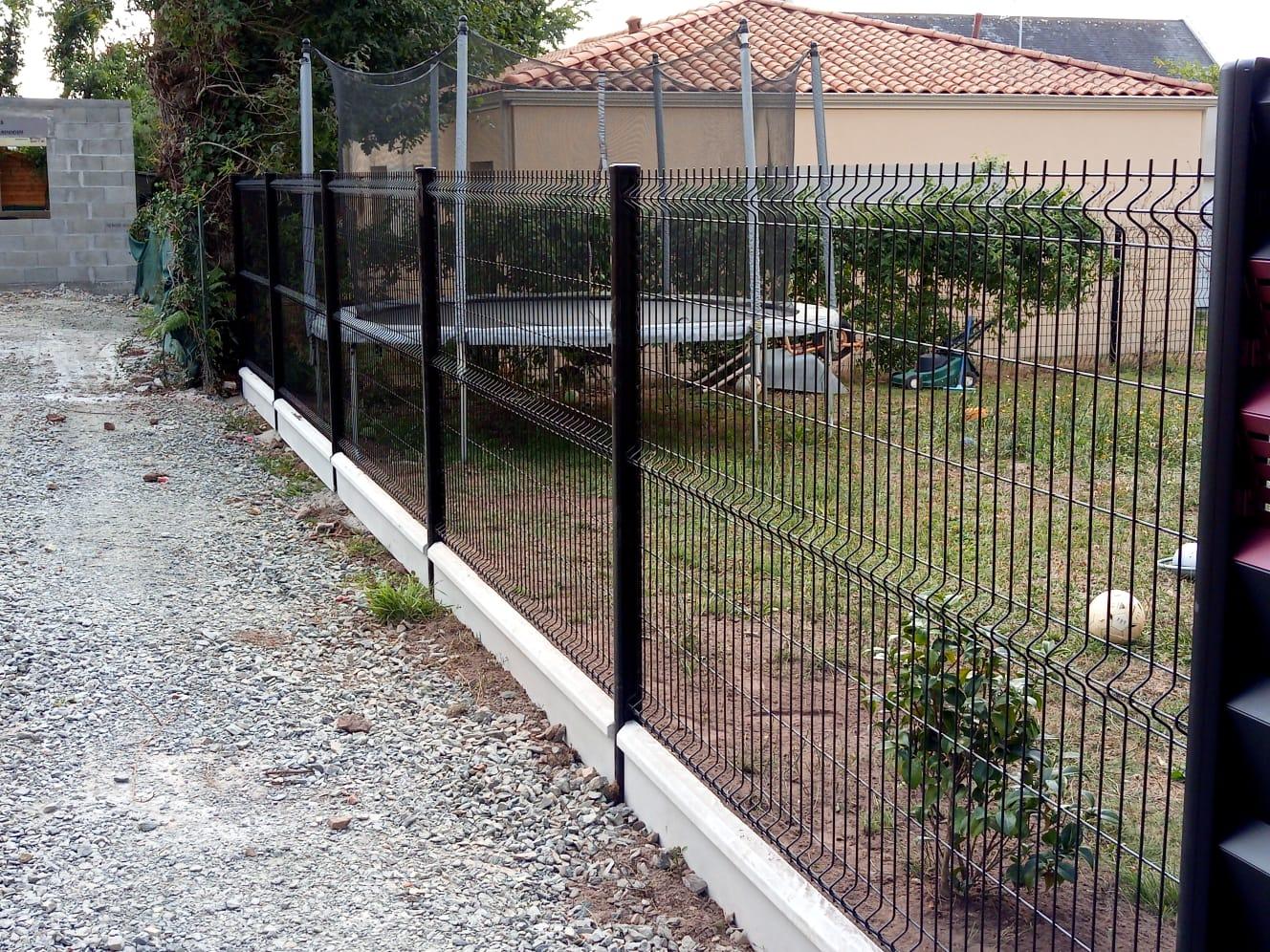 clôture grille rigide noire
